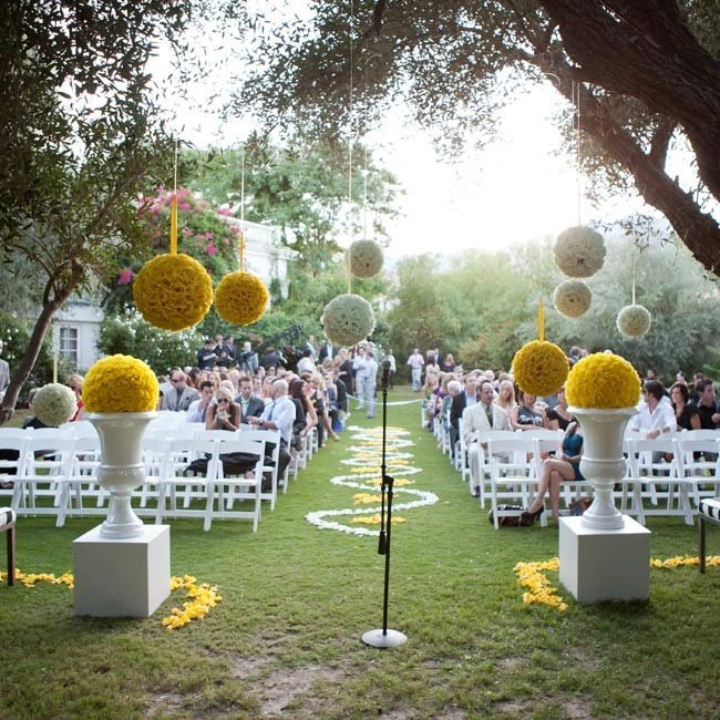 Outdoor wedding ceremony decor wedding and bridal for Backyard wedding ceremony decoration ideas